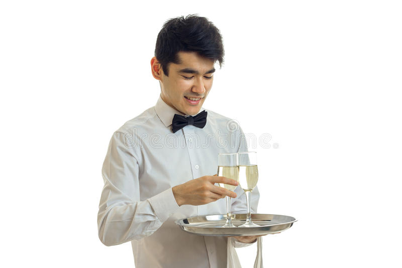运载有杯的一个盘子酒可爱的微笑的侍者的水平的画象  图库摄影