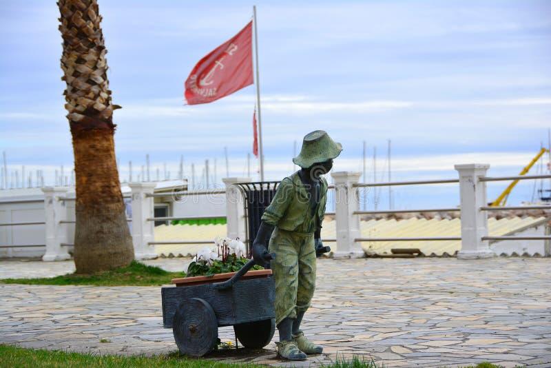 运载有cyclomens的一个小男孩的纪念碑推车 免版税图库摄影