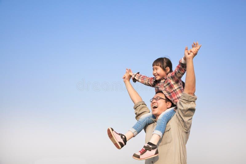 运载的女儿生他的肩膀 免版税库存照片