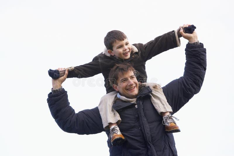运载的父亲他的肩膀儿子 免版税库存照片