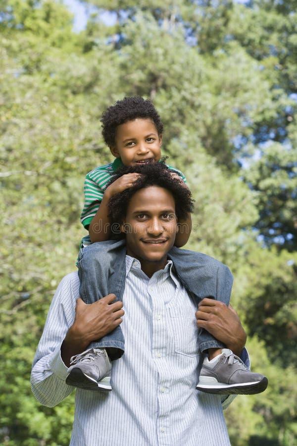运载的父亲儿子 免版税图库摄影