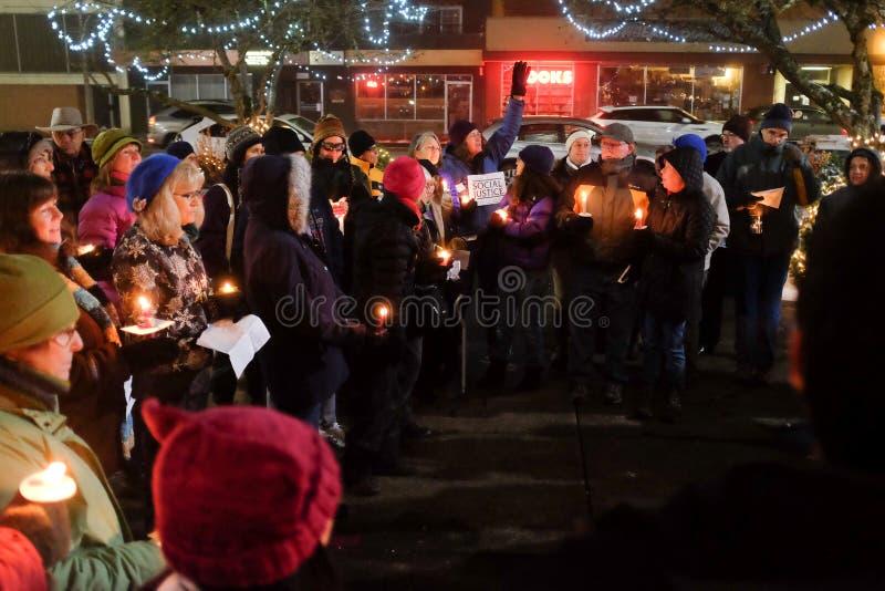运载社会正义标志的妇女在冬天夜在俄勒冈, 2016年12月18日演讲美国选举人的守夜 图库摄影