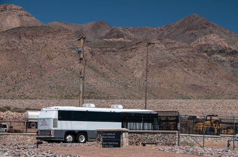 运载移民的公共汽车到达美国边境巡逻驻地,帕索得克萨斯,临时住宅/过程区 免版税库存图片
