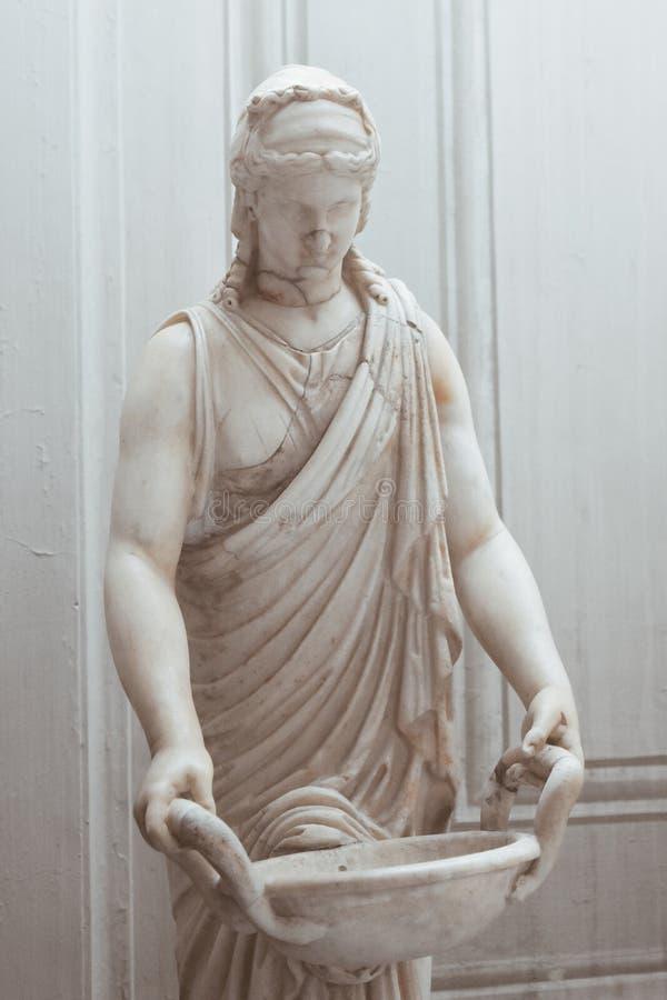 运载篮子的被粉刷的雕象 免版税图库摄影