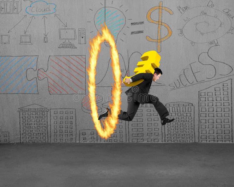 运载金黄欧洲标志的商人跳跃通过火箍 免版税图库摄影