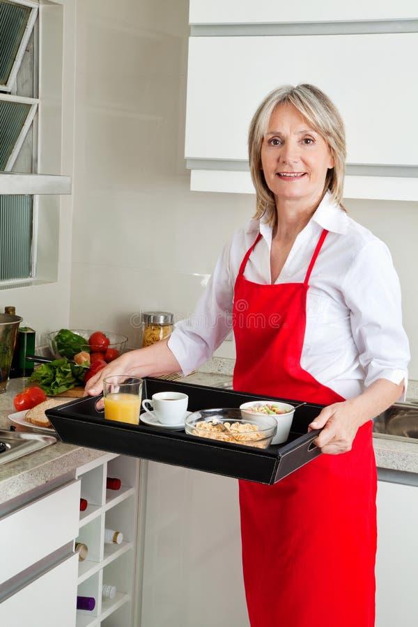 运载高级妇女的早餐 库存照片