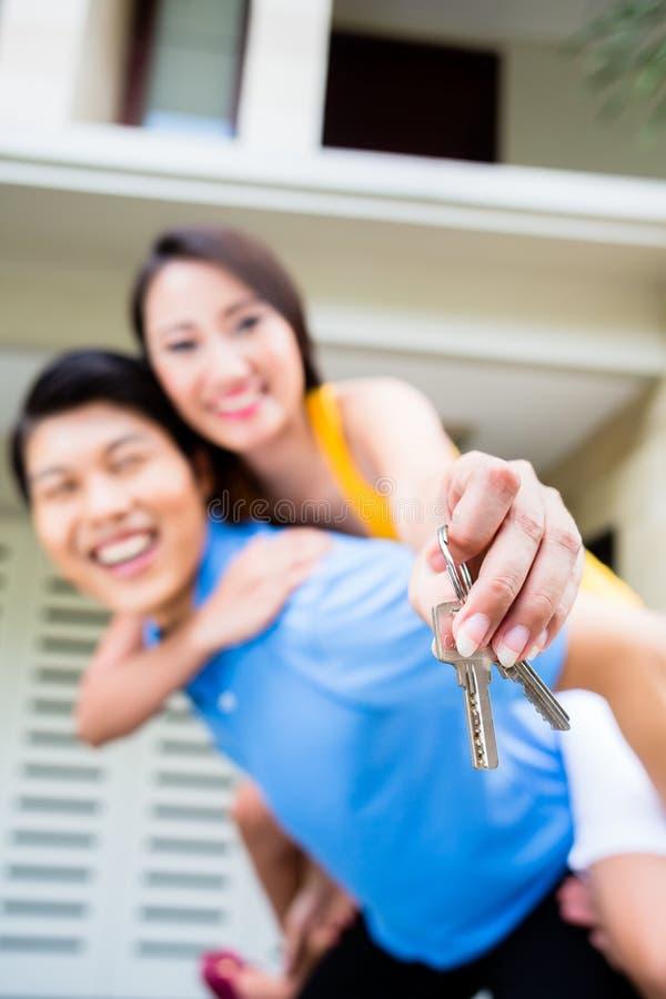 运载他的女孩肩扛的中国人在新房 库存照片