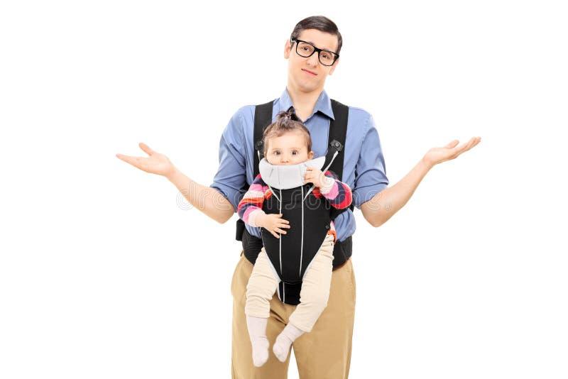 运载他的小女儿的无能为力的父亲 图库摄影