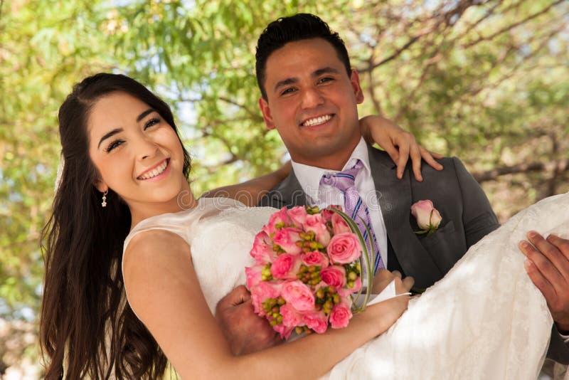 运载他的新娘的新郎 免版税库存照片