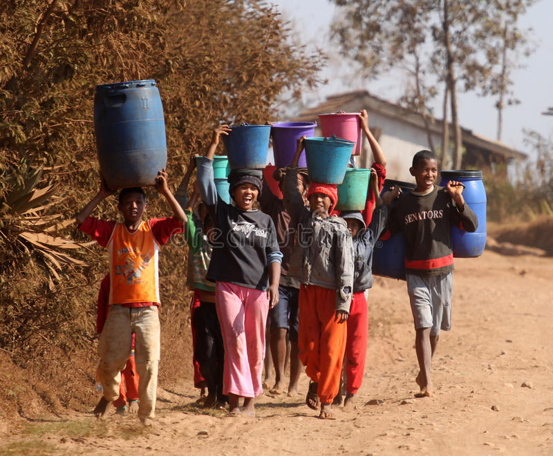 运载水的非洲孩子 库存照片