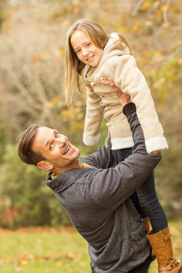 父亲插女儿_运载他逗人喜爱的女儿的愉快的父亲. 偶然, 子项.