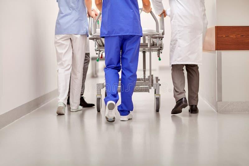运载医院盖尼式床的军医对急诊室 免版税库存图片