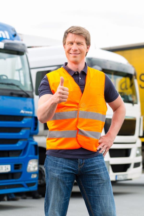 运输业者或司机在卡车前面在集中处 免版税图库摄影
