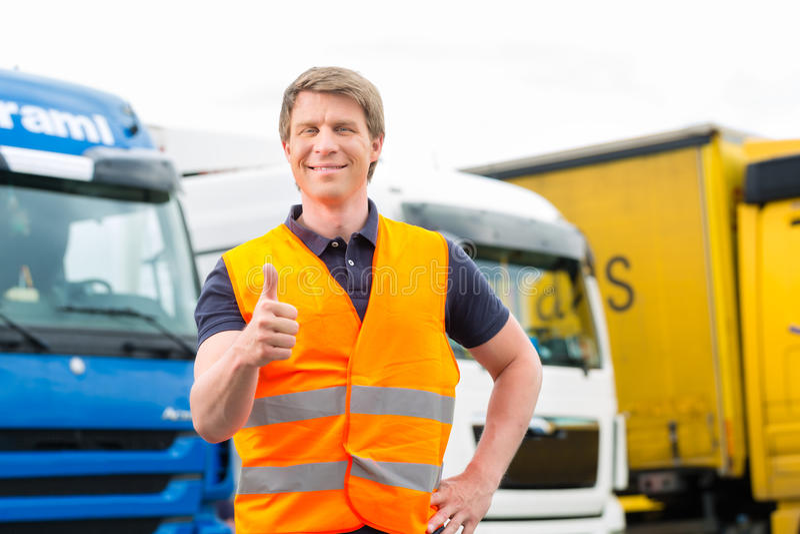 运输业者或司机在卡车前面在集中处 库存照片