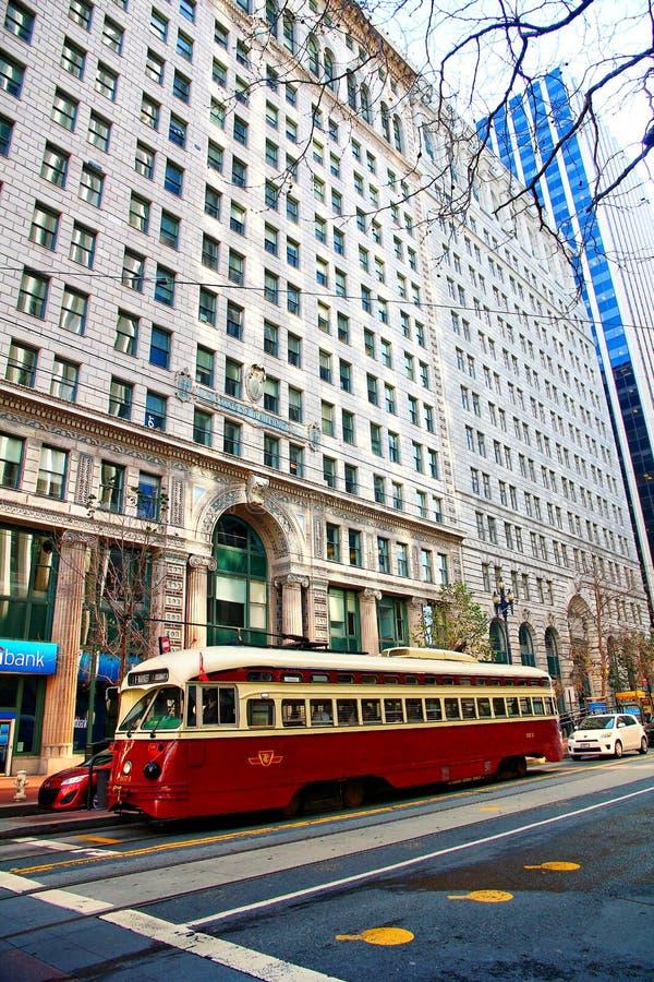 运输乘客的历史的街道汽车 免版税库存照片