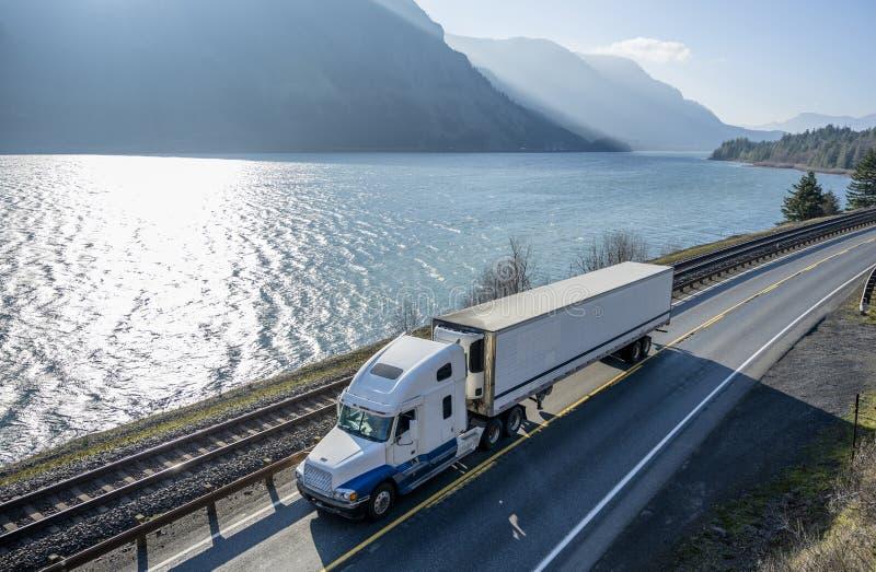 运输在冰箱半卡车的大半船具卡车货物运行在沿哥伦比亚河的路 免版税图库摄影