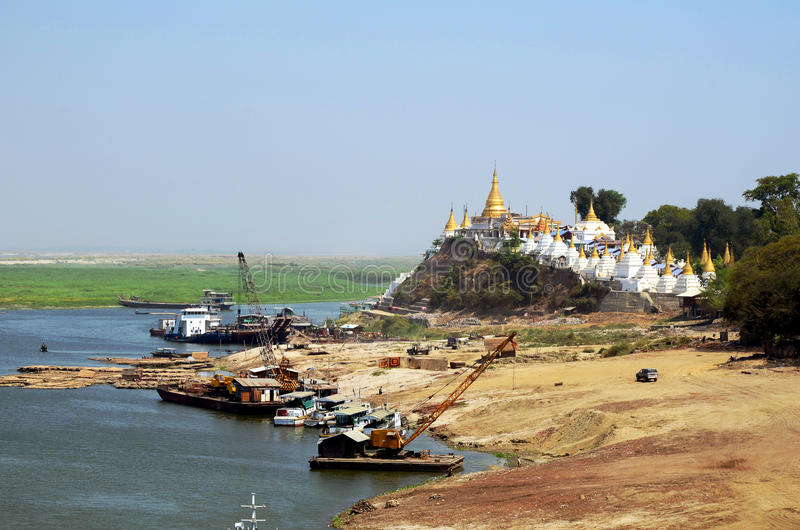 运输在实皆小山o附近的Ayeyarwaddy河 图库摄影
