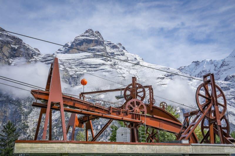 运输在雪山的缆绳推力机制  图库摄影