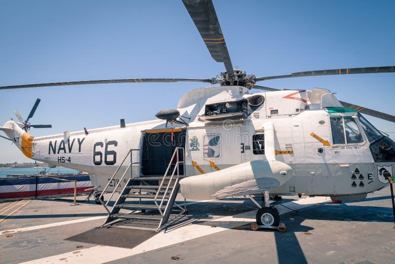 运输并且抢救直升机Uss中途航空母舰博物馆圣地亚哥港口加利福尼亚明白夏日 免版税库存图片