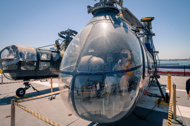 运输并且抢救直升机Uss中途航空母舰博物馆圣地亚哥港口加利福尼亚明白夏日 库存照片