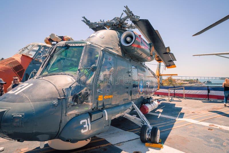 运输并且抢救直升机Uss中途航空母舰博物馆圣地亚哥港口加利福尼亚明白夏日 图库摄影