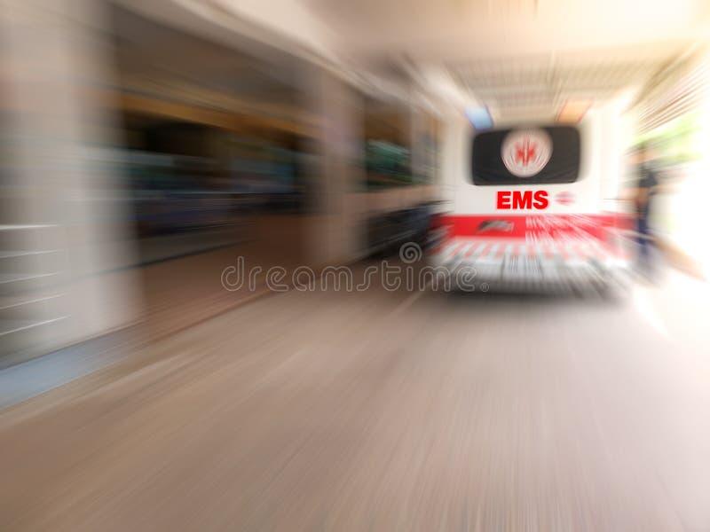 运输患者的紧急医护人员队对有救护车的医院入医院的事故&紧急病区 ems 免版税图库摄影