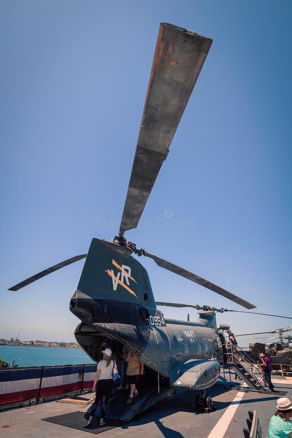 运输抢救直升机动叶片USS中途航空母舰博物馆圣地亚哥港口加利福尼亚明白夏日 免版税图库摄影