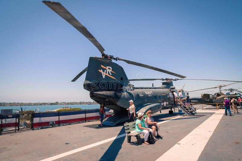 运输抢救直升机动叶片USS中途航空母舰博物馆圣地亚哥港口加利福尼亚明白夏日 库存照片