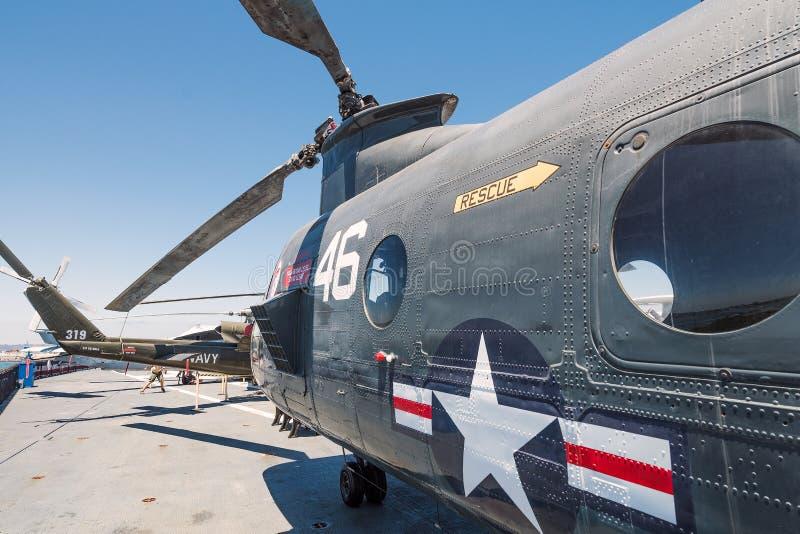 运输抢救直升机动叶片USS中途航空母舰博物馆圣地亚哥港口加利福尼亚明白夏日 库存图片