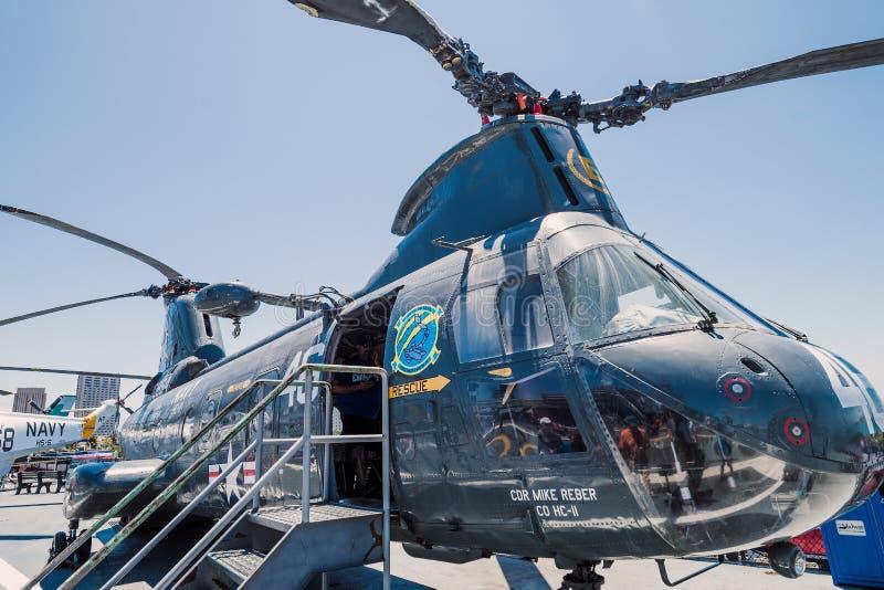 运输抢救直升机动叶片USS中途航空母舰博物馆圣地亚哥港口加利福尼亚明白夏日 免版税库存图片