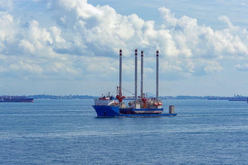 运输抽油装置平台的抬举费力的货船 免版税库存照片