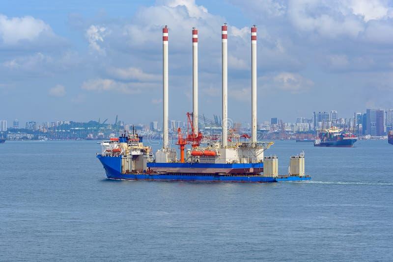 运输抽油装置平台的抬举费力的货船 图库摄影