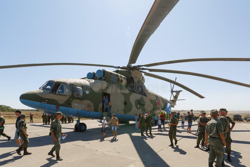 运输普遍军用陈列的直升机米-26和访客 库存图片