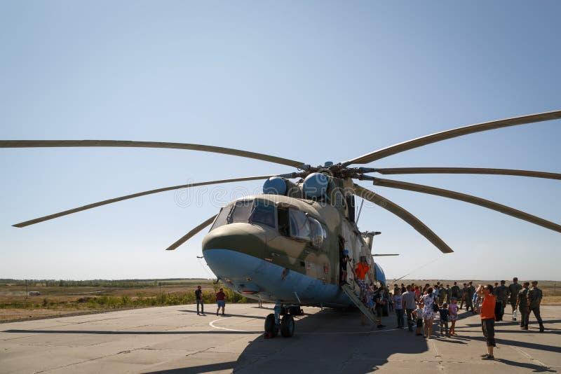 运输普遍军用陈列的直升机米-26和访客 库存照片