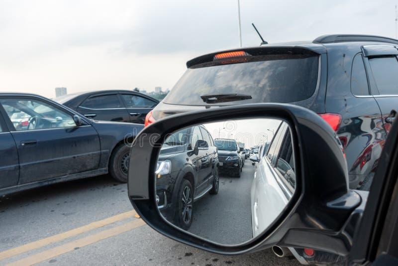 运输流量的反射在左边后视镜的在高峰时间 免版税图库摄影