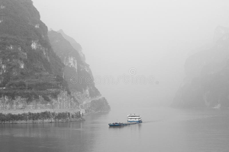 运输游遍在长江,中国的污染 图库摄影