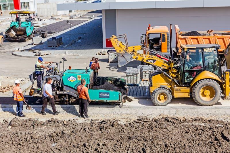 运输热的沥青入推土机瓢对分布器machi 免版税库存图片