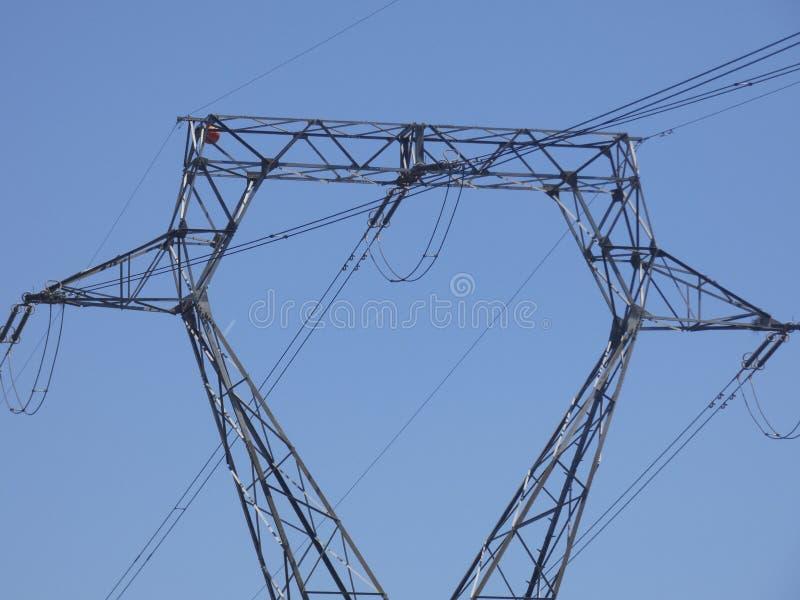 运输电的高压塔 免版税库存图片