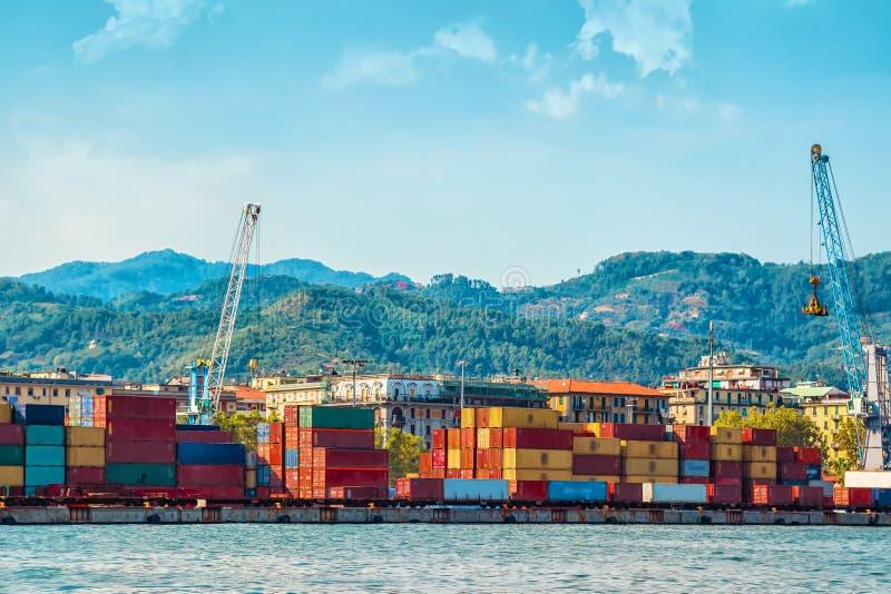运输的许多五颜六色的货箱 免版税库存图片