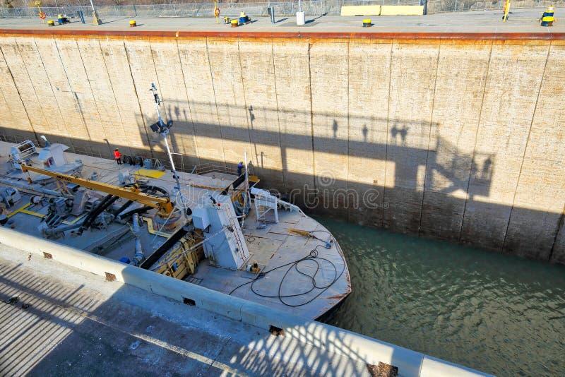 运输穿过连接加拿大和美国运输线路的Welland运河 免版税库存照片