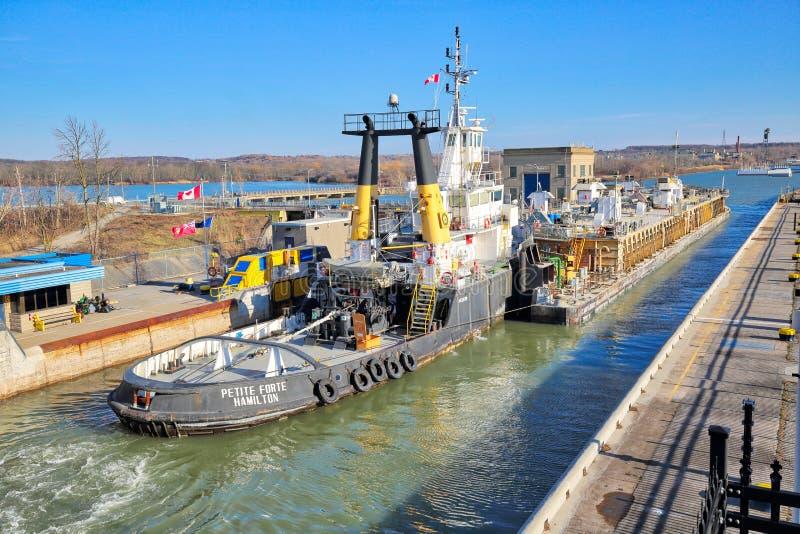 运输穿过连接加拿大和美国运输线路的Welland运河 免版税图库摄影