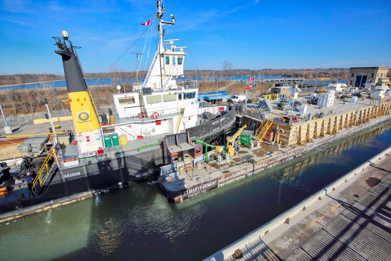 运输穿过连接加拿大和美国运输线路的Welland运河 免版税库存图片