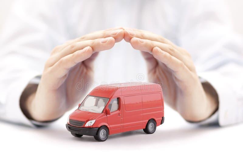 运输红色van手的保护的car 库存照片
