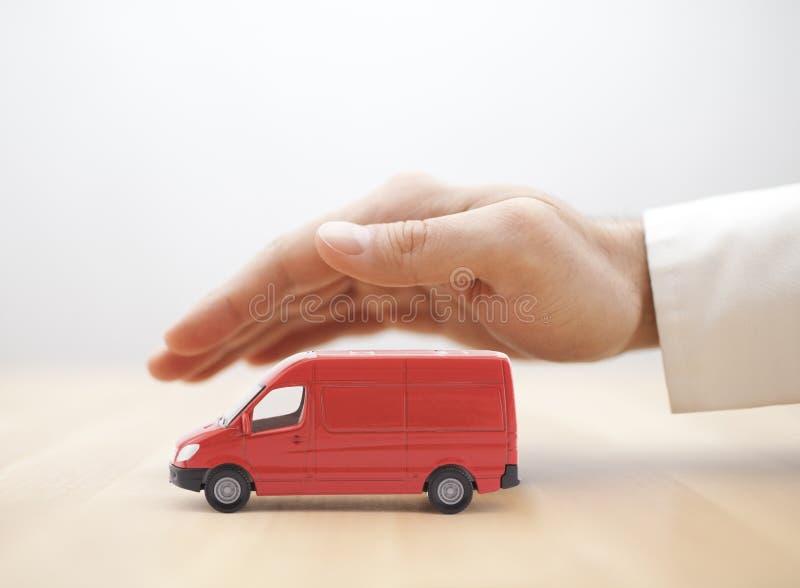 运输红色van用手被保护的car 免版税库存图片
