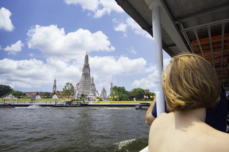运输船上的旅客和旅客可以前往War Arun,泰国曼谷的标志性旅游目的地之一 库存图片