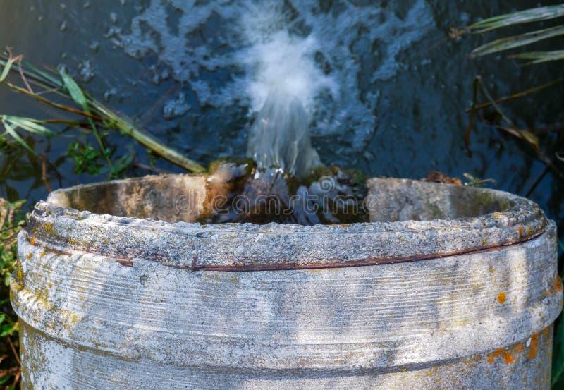 运输被污染的污水的一个具体管子的顶视图 库存图片