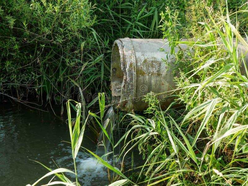 运输被污染的污水的具体管子 免版税图库摄影