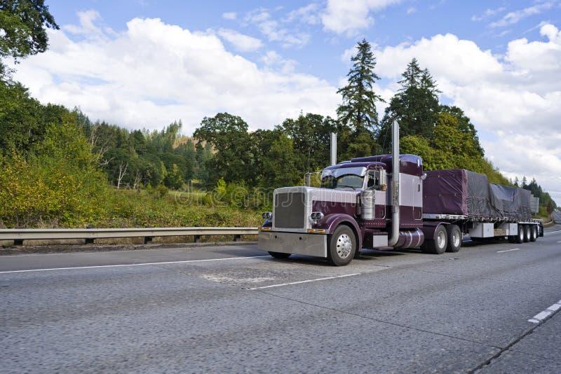 运输被盖的commercia的紫色经典大半船具卡车 免版税库存照片
