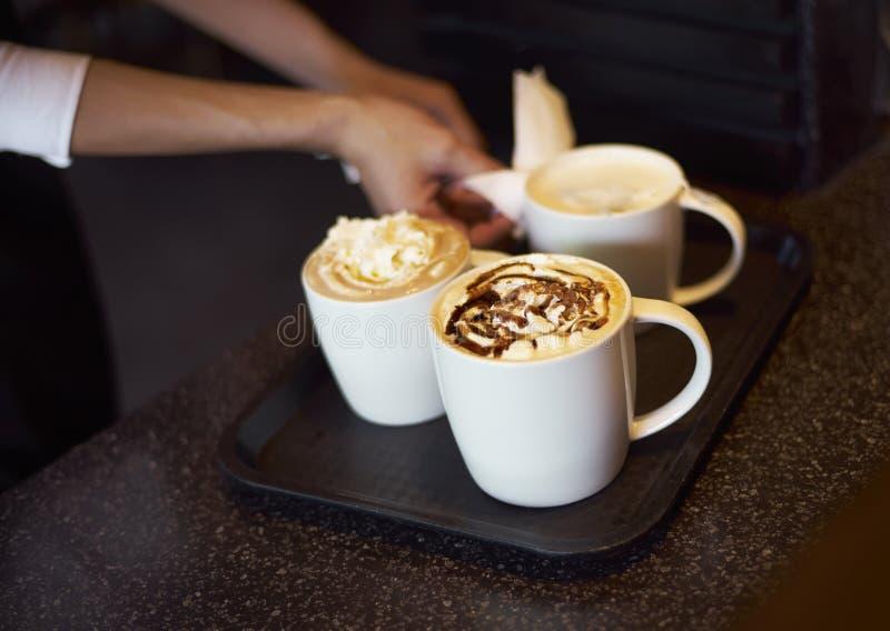 运送咖啡的咖啡店侍者 免版税库存图片