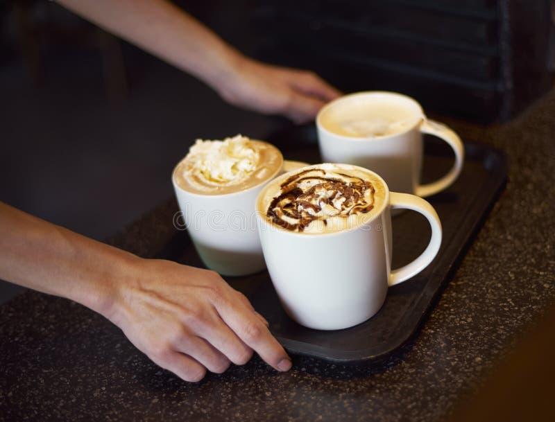 运送咖啡的咖啡店服务器 免版税图库摄影